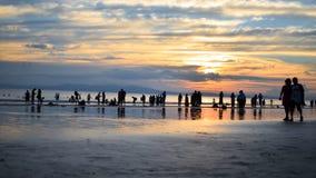 Bello colore in cielo durante il tramonto su una spiaggia occupata Fotografia Stock