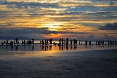 Bello colore in cielo durante il tramonto su una spiaggia occupata Fotografia Stock Libera da Diritti
