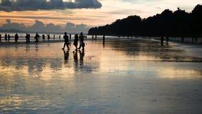 Bello colore in cielo durante il tramonto su una spiaggia occupata Immagine Stock
