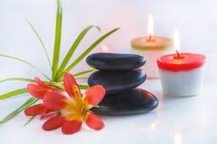 Bello compostion della stazione termale con le pietre nere di massaggio Fotografie Stock