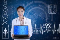 Bello computer portatile della tenuta dello scienziato su fondo blu Immagini Stock Libere da Diritti