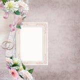 Bello confine con i fiori, la struttura e le fedi nuziali su un fondo d'annata Fotografie Stock Libere da Diritti