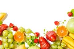 Bello confine variopinto di frutti tropicali isolato su fondo bianco detox immagini stock libere da diritti