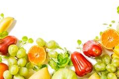 Bello confine variopinto di frutti tropicali isolato su fondo bianco detox fotografia stock libera da diritti