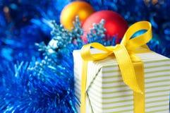 Bello contenitore di regalo sulla decorazione di natale Immagine Stock Libera da Diritti