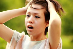 Bello Coreano con un mèche di capelli che sorride in camera Fotografia Stock