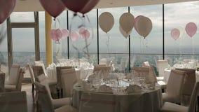 Bello corridoio di nozze decorato con i palloni, i nastri ed i fiori archivi video
