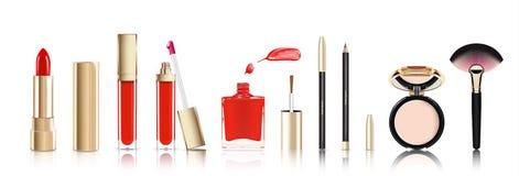 Bello cosmetico messo in oro rossetto, lucentezza del labbro, smalto con la sbavatura, pelcil cosmetico dell'eye-liner e cipria Fotografia Stock Libera da Diritti