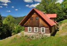 Bello cottage di legno in repubblica Ceca fotografia stock libera da diritti
