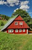 Bello cottage di legno in repubblica Ceca fotografie stock libere da diritti