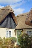 Bello cottage ricoperto di paglia di risonanza Immagine Stock Libera da Diritti