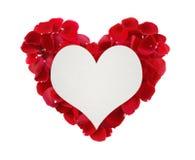 Bello cuore dei petali di rosa rossa e della carta di carta nella forma di hea Fotografia Stock