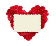 Bello cuore dei petali di rosa rossa e della cartolina d'auguri isolati Immagine Stock