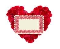 Bello cuore dei petali di rosa rossa e della cartolina d'auguri isolati Fotografia Stock