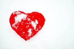 Bello cuore rosso d'annata romantico del filo su un wint bianco della neve fotografie stock