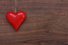 Bello cuore rosso su corda Fotografia Stock