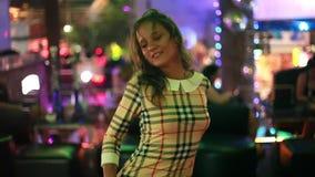 Bello dancing castana della giovane donna in un night-club 1920x1080 video d archivio
