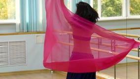 Bello dancing della donna nel costume, in orientale o nella danza del ventre arabo stock footage