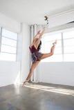 Bello dancing della giovane donna nello studio Immagini Stock