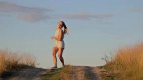 Bello dancing felice della ragazza in un campo archivi video