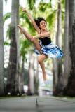 Bello dancing flessibile della giovane donna Fotografie Stock