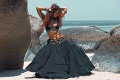 Bello dancing tribale della donna sulla spiaggia Immagine Stock Libera da Diritti