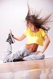 Bello danzatore della donna che riposa sul pavimento Immagini Stock
