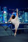 Bello danzatore di balletto all'aperto immagini stock