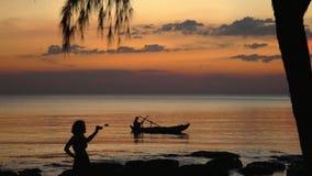 Bello declino giallo sull'orizzonte dell'oceano Isola di pH Qu c Il barcaiolo nuota alla costa dell'isola tropicale a video d archivio