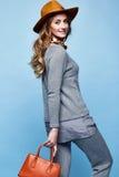 Bello della donna kn biondo del vestito della lana del cashmere di usura dei capelli ricci lungamente Fotografie Stock Libere da Diritti
