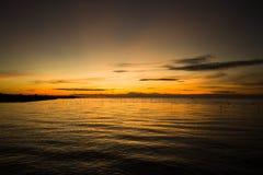 Bello della nuvola e del cielo con la riflessione sopra il mare al tramonto, ad alba Fotografie Stock
