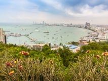 Bello della vista della baia di Pattaya sulla collina di Pratamnak con le sedere del cielo blu Immagini Stock