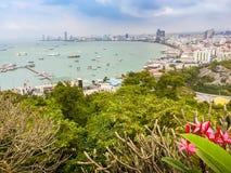 Bello della vista della baia di Pattaya sulla collina di Pratamnak con le sedere del cielo blu Immagine Stock Libera da Diritti