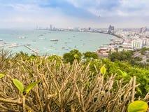 Bello della vista della baia di Pattaya sulla collina di Pratamnak con le sedere del cielo blu Fotografia Stock