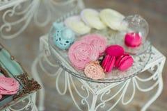 Bello dessert saporito dolce al forno decorato multicolore della barra di caramella Immagine Stock