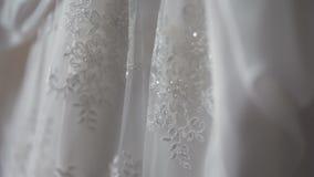 Bello dettaglio bianco del vestito da sposa stock footage