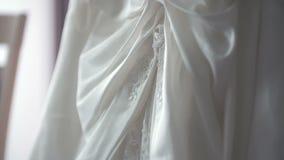 Bello dettaglio bianco del vestito da sposa video d archivio