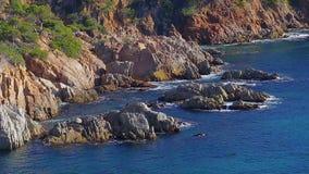 Bello dettaglio costiero da Costa Brava in Spagna stock footage