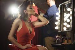 Bello di modello femminile ammirando la sua riflessione Fotografia Stock Libera da Diritti