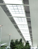 Bello disegno del tetto con indicatore luminoso naturale dalla parte superiore fotografia stock libera da diritti