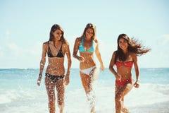 Bello divertimento delle ragazze alla spiaggia immagine stock