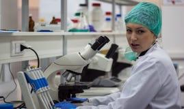 Bello docto medico o scientifico femminile della donna o del ricercatore Fotografia Stock