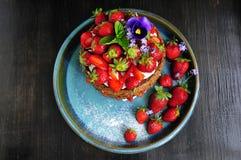Bello dolce con le fragole e la crema Fotografia Stock Libera da Diritti
