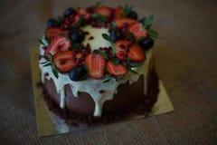 Bello dolce delizioso con l'uva delle fragole immagini stock libere da diritti