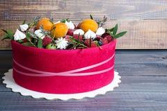 Bello dolce della frutta con un biscotto rosa intorno  Immagine Stock Libera da Diritti