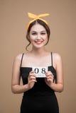 Bello donna tenuta giorno asiatico delle donne del calendario dell'8 marzo Immagini Stock