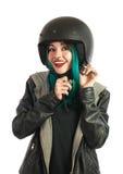 Bello e adolescente sorridente che indossa il suo casco del motorino Immagine Stock