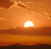 Bello e cielo variopinto di tramonto. Immagine Stock
