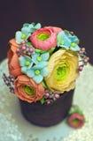 Bello e dolce fatto a mano saporito con i fiori commestibili del gumpaste Fotografia Stock