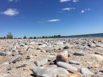 Bello e giorno soleggiato alla spiaggia Immagini Stock Libere da Diritti